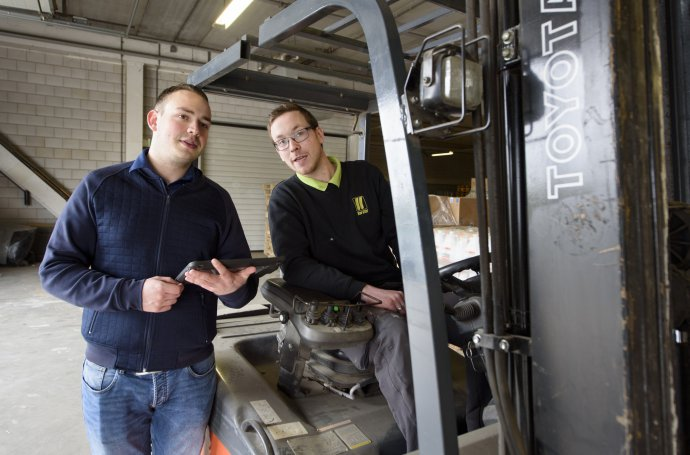 Planner logistiek overlegt met heftruckchauffeur Automotive College